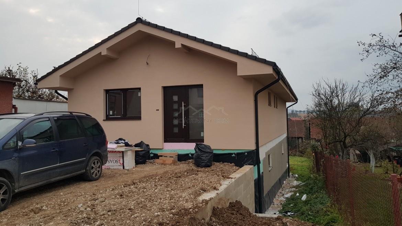 Dom na pivniciach v Rosine